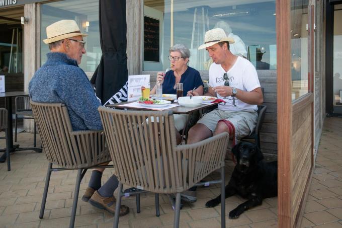 In totaal mogen we opnieuw met vier mensen aan één tafeltje.© BELGA/JAMES ARTHUR GEKIERE