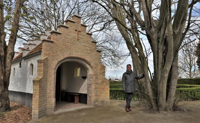 Ides Leys bij 'zijn' Willibrorduskapel in Wulpen.©Myriam Van den Putte