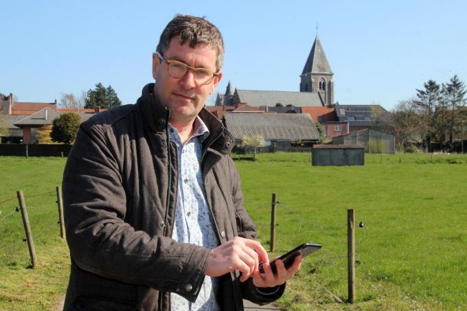 Schepen Raf Deprez test alvast de geocacheroute uit in het landelijke Sint-Denijs.©Geert Vanhessche