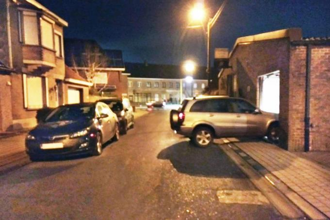 Vooral in het donker is het uit de garage rijden erg lastig als er aan de overkant van de straat auto's geparkeerd staan. Vandaar de vraag om parkeerverbod.©Johan Sabbe