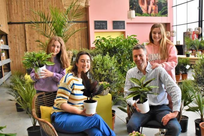 Sandy Dewitte en Tony Demuynck met hun kinderen Eline en Lotte.© LO