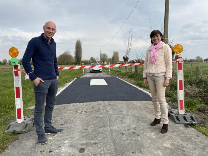 Schepen van Openbare Werken Bert Schelfhout en schepen van Mobiliteit Regine Rooryck aan de tractorsluis in de Knokstraat. (Foto DRD)