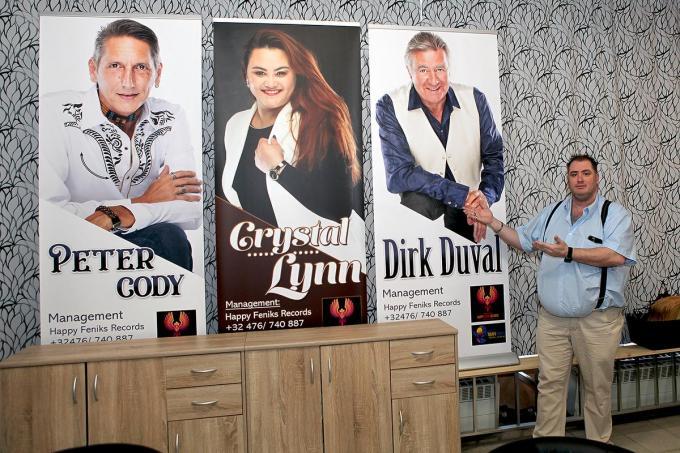 David Galle bij de banners van enkele van zijn artiesten.© PADI/Daniël