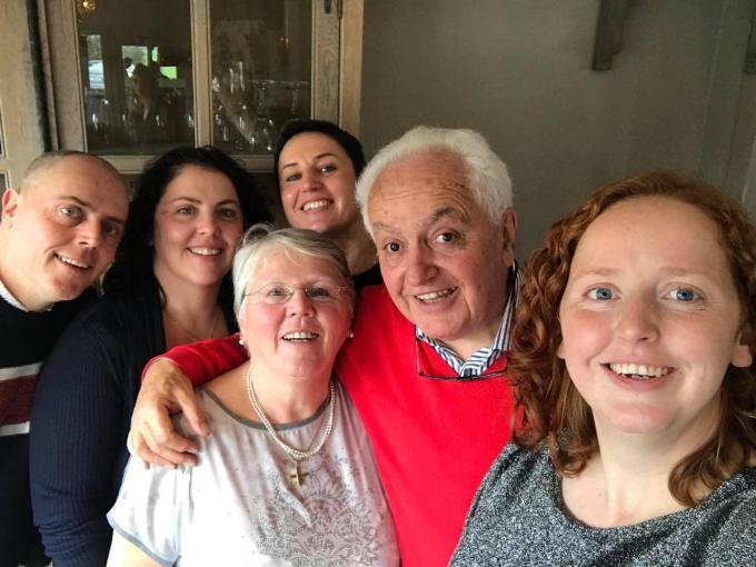 Werner Verheecke omringd door zijn echtgenote Ingried Taillieu en zijn kinderen Bart, An, Tine en Liesbeth.© gf