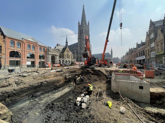 Bij opgravingen onder het Vandenpeereboomplein werd een middeleeuwse massieve kademuur ontdekt.© Thijs Pattyn