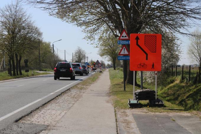 Het stuk van de Iepersteenweg tussen nr 89 en het kruispunt met de Wulvestraat op grondgebied Houthulst waarop niet meer gereden mag worden omdat de weg in te slechte staat is.© ACK