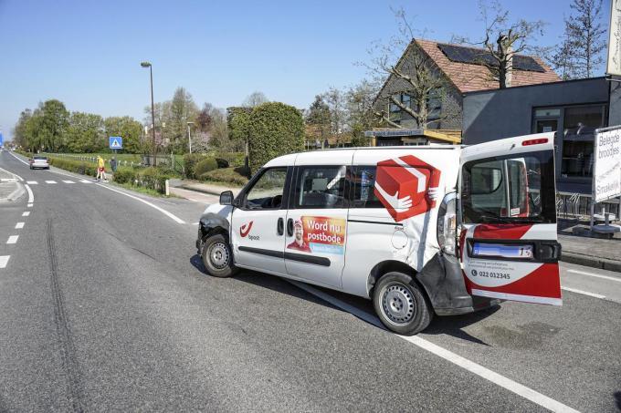 In de Harelbekestraat merkte een postbode een aankomende auto niet op toen hij zijn parkeerplek verliet. Een botsing was onvermijdelijk.© CLL