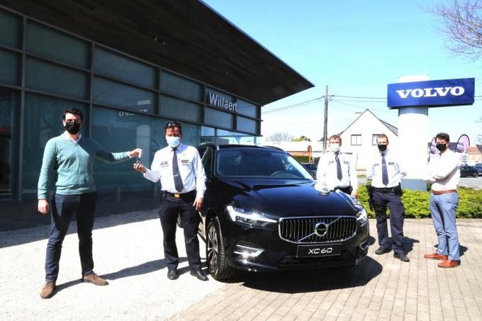 Korpschef Kenneth Coigné,die de sleutels overhandigd krijgt van de Ieperse Volvo vertegenwoordiger Willaert en de hoofdinspecteurs P.C. en T.C.© EF