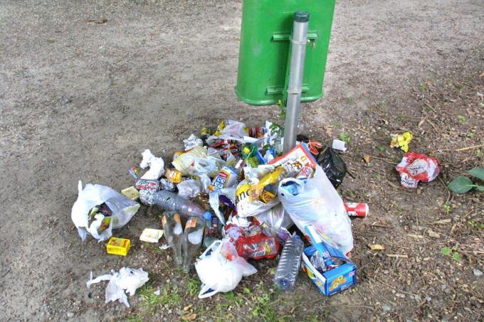 Blikjes en petflessen maken sinds jaar en dag deel uit van het zwerfvuil, zelfs rond de stedelijke afvalbakjes.©Johan Sabbe