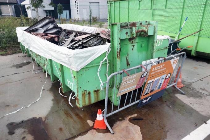 Vroeger mochten de asbestplaten zomaar in de container op het stedelijke recyclagepark gegooid worden, nu dienen ze in speciale zakken te zitten.©Johan Sabbe