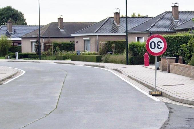 De wereld op zijn kop: zelfs bij tijdelijke snelheidsbeperkingen wordt er op de wijk Don Bosco te snel gereden.©Johan Sabbe