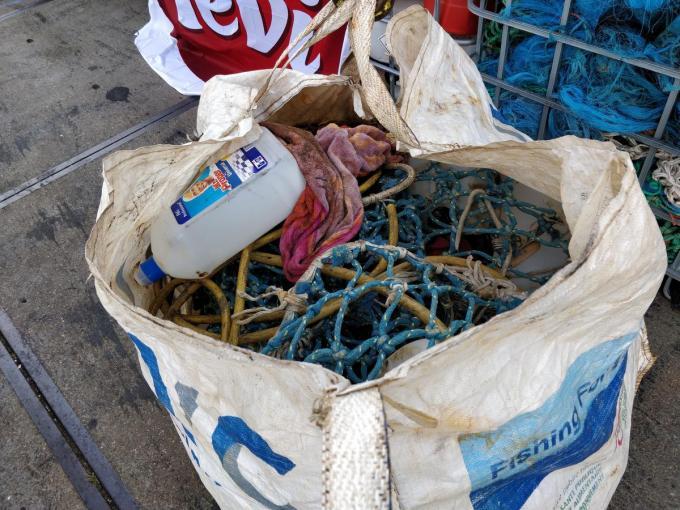 Vlaamse vissers brengen met het project 'Fishing for litter' steeds meer afval aan wal.© Belga