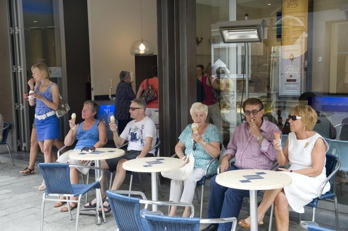 Veilig genieten op een terrasje, dat is de betrachting deze zomer in Roeselare.© STEFAAN BEEL