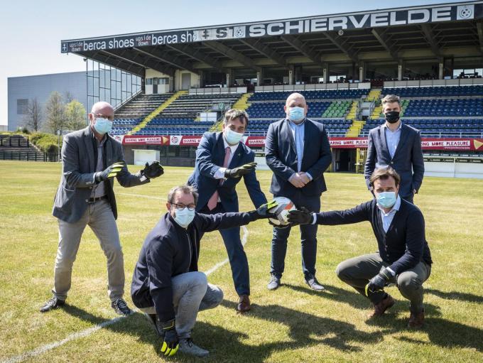 De overeenkomst tussen stad, Club Brugge en SK Roeselare-Daisel werd symbolisch beklonken met het plaatsen van de handtekeningen op een voetbal. Op de foto herken je schepen José Debels, schepen Henk Kindt, burgemeester Kris Declercq, Bart Allossery (voorzitter SK Roeselare-Daisel), Alexander Verduyn (ondervoorzitter en jeugdvoorzitter SK Roeselare-Daisel) en Roel Vaeyens (Chief Sports Officer Club Brugge).©STEFAAN BEEL Stefaan Beel