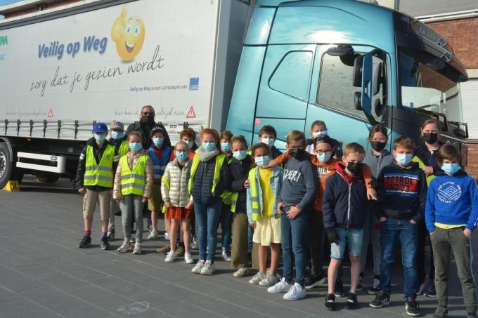 Het vijfde leerjaar van Juf Hanne kreeg verkeersles met een echte vrachtwagen© Julien Cluyse