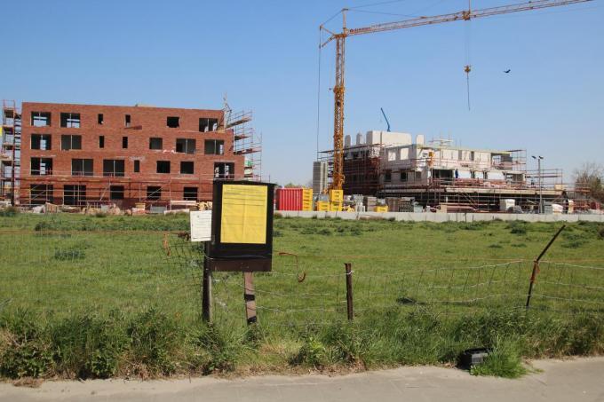Op deze locatie langs de Woumenweg wil Jumbo een nieuwe winkel bouwen.© Annie Callewaert