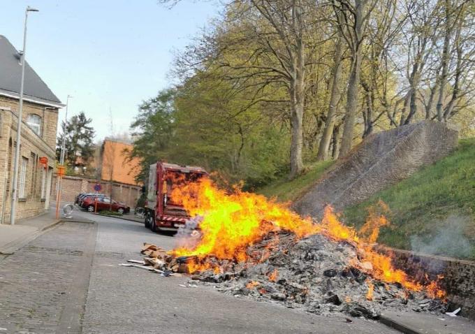 De vuilniswagen zelf raakte niet beschadigd.© Thijs Pattyn