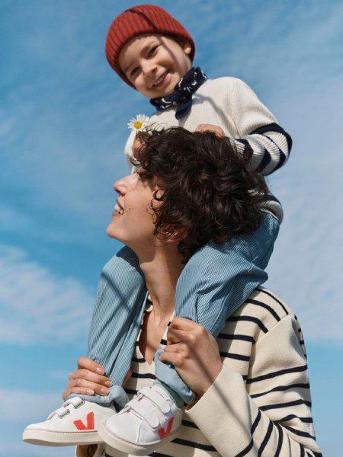 Klaar voor een strandwandeling: marinetrui kind (45 euro) en mama (89 euro), van Arket.© Arket