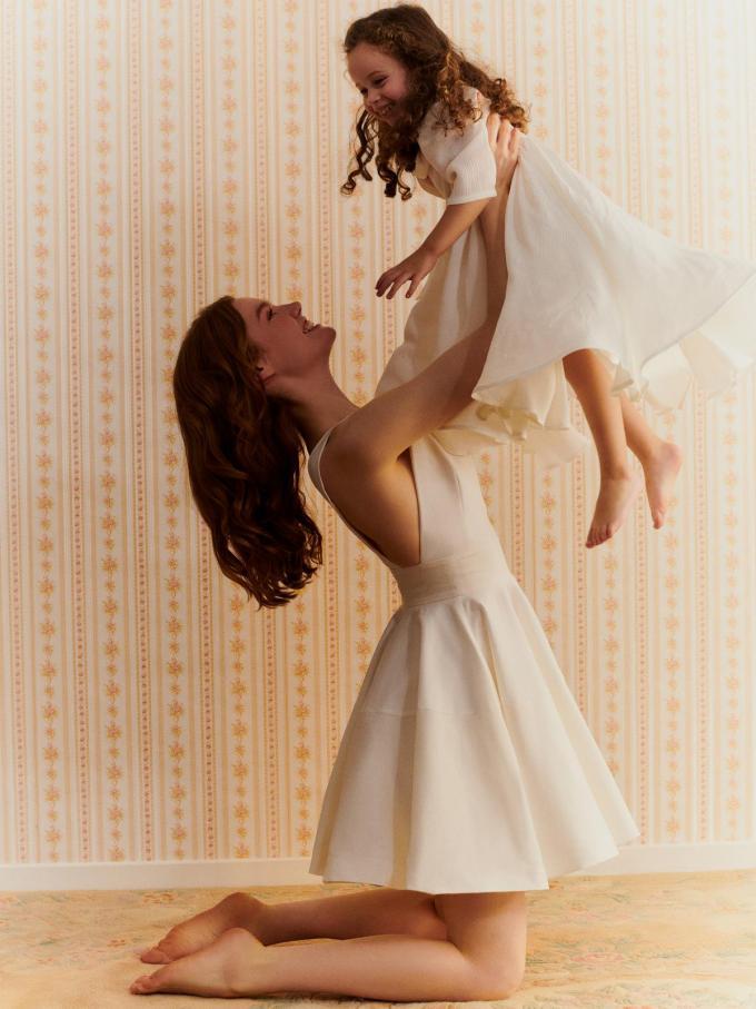 Trouwt mama en is haar dochter het bruidsmeisje of hebben beiden gewoon zin een stralend witte zomerparty? Jurk mama (169 euro), dochter (79 euro),van La Redoute.© La Redoute