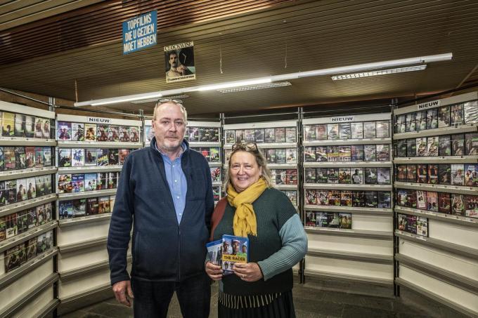 """Bart Meulebrouck (56) en Griet Callens (55) van Roxy Center: """"In 1985 betaalde je hier 125 oude Belgische frank voor een film, nu 3 euro. We zijn dus zelfs goedkoper geworden!""""©STEFAAN BEEL Stefaan Beel"""