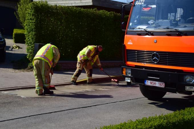 De brandweer werd opgeroepen om een olievlek op te ruimen in de Terreststraat in Houthulst.© JH