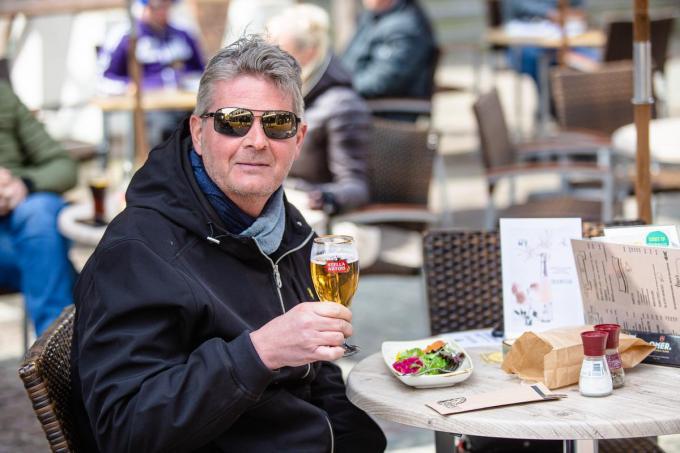 De Blankenbergse brasseriehouder Sven Neirinck geniet van een frisse pint en een garnaalkroket in Sluis.©Davy Coghe Davy Coghe