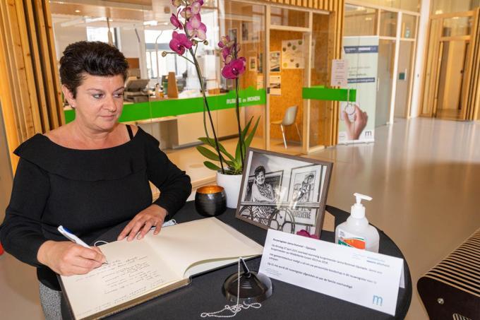 Een van de eersten om het rouwregister te tekenen en een boodschap na te laten was Carmen Muyle.© LC