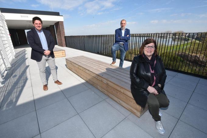 Directeurs Kristof Van Loock, Brenda Linskens en Chris Vandecasteele op het dak.©Edwin Fontaine