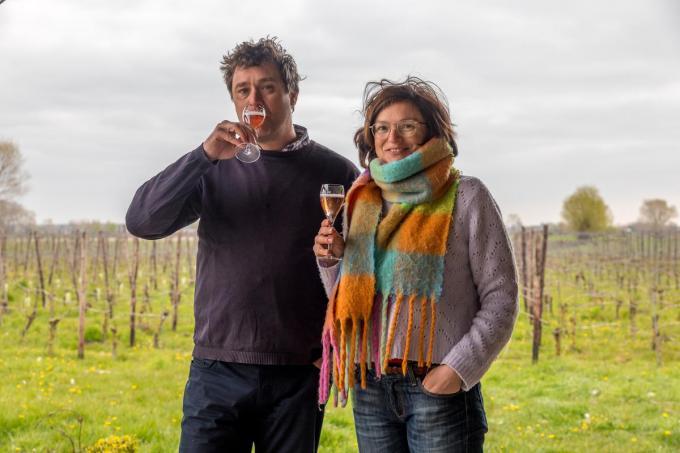 """Emmanuel Audenaert en Daphné Van den Bussche nippen van een glaasje eigen schuimwijn. """"We zijn klaar om nieuwe stappen te zetten.""""©Wouter Meeus"""