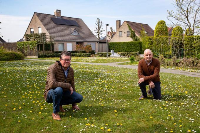 Joost Vandehaeghe en Jos Goethals in de groene zone aan de residentiële woonwijk Europalaan.© foto Kurt