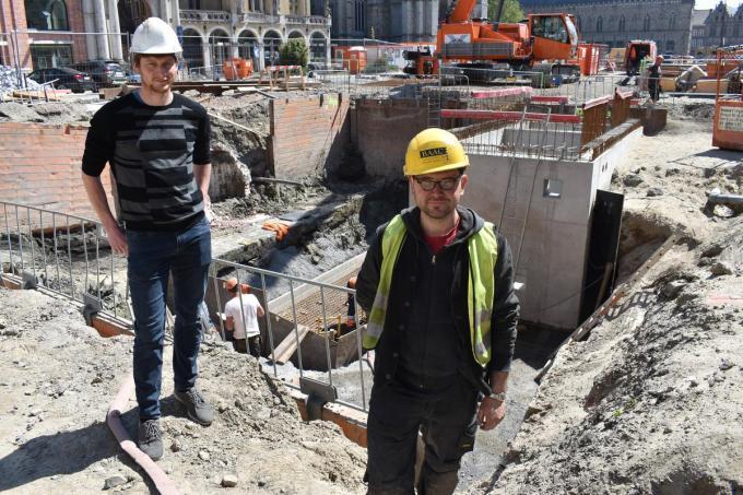 """Archeologen Jan Decorte en Olivier Van Remoorter bij de kaaimuur die opgegraven werd onder de Leet: """"Overal waar je graaft, kom je in de Middeleeuwen terecht.""""© TOGH"""
