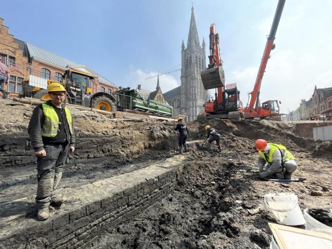 Archeoloog Olivier Van Remoorter op de kademuur die onlangs opgegraven werd.© TP