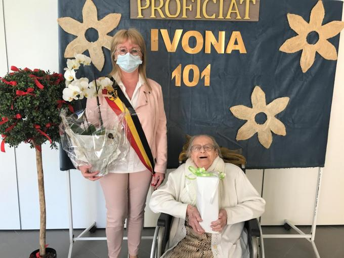 Ivona Vandaele en burgemeester Annick Vermeulen, die getrouwd is met Thiery Verbeke, de achterkleinzoon van Ivona. (foto BC)
