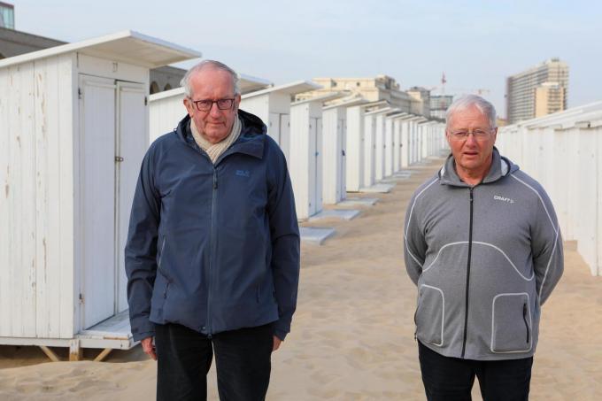De gebroeders Marc en Hugo (rechts) Vandevelde plaatsen jaarlijk zo'n 500 strandkabines op de Oostendse stranden.©Peter MAENHOUDT