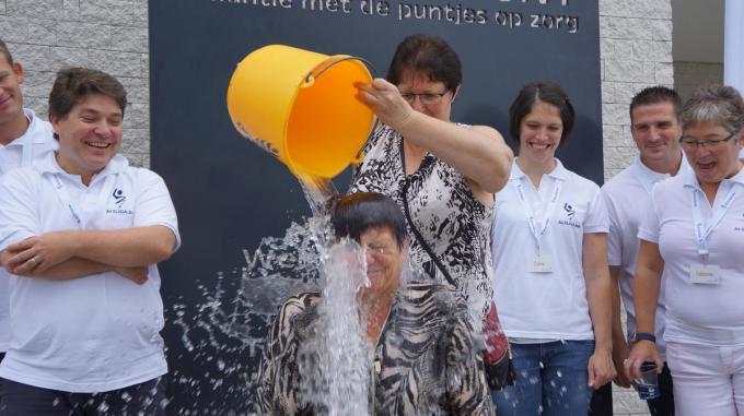 In 2014 deed Jana Rommel-Opstaele als burgemeester mee met de Ice Bucket Challenge ten voordele van de ALS-Liga.© PBM