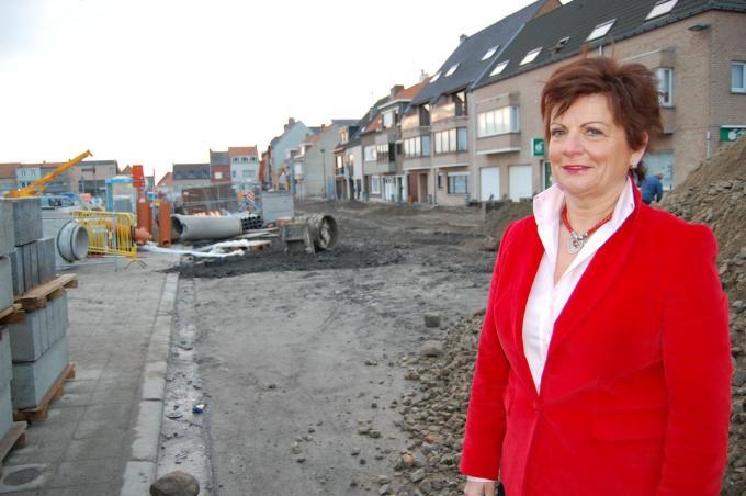 Janne Rommel-Opstaele, als burgemeester steevast stijlbol uitgedost, ook op een werf.© PBM