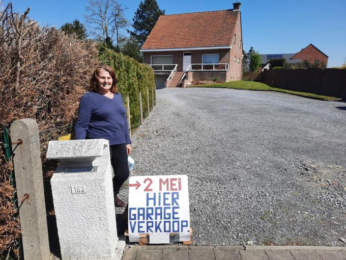Linda Meurisse voor de oprit/parking waar straks haar garageverkoop plaatsvindt.
