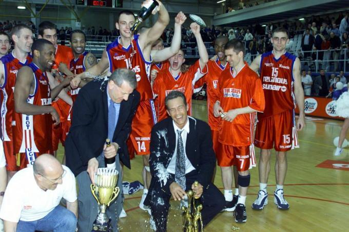 Na de winst in de finale om de beker van België 2001 bezorgde Tomas Van Den Spiegel Frans De Boeck en Aäron McCarthy een champagnedouche.© Bart
