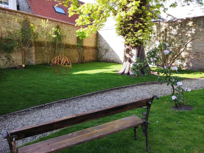 In de tuin van het bisschopshuis bevindt zich een kunstwerk van Maud Bekaert.