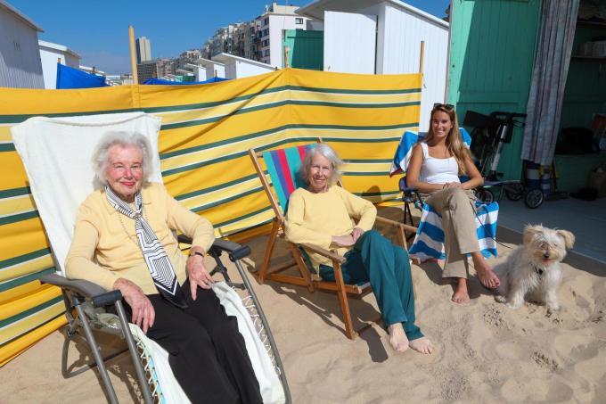 Audrey Bagnall (links) met dochter Micheline De Ridder en 'buurmeisje' - aan de cabine althans - Justine Cardon.©Peter MAENHOUDT