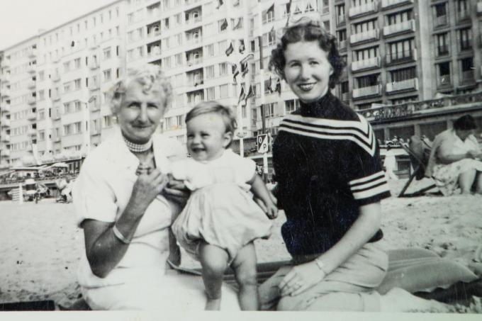 Micheline als peuter op het strand met haar mama en oma.©Peter MAENHOUDT