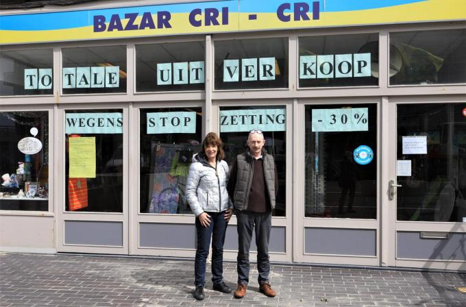 Christine en Frank Verstraete sluiten de deuren van Bazar Cri-Cri.© MVO