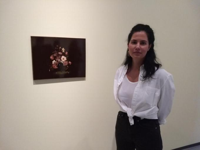 Kunstenares Sanam Khatibi bij een van haar stillevens.