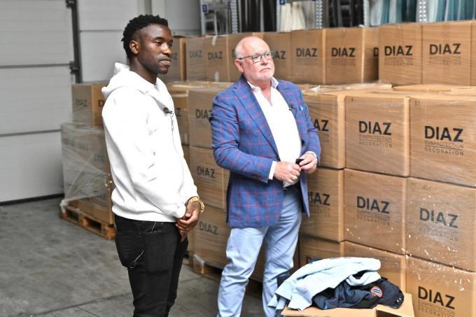 Fashion Sakala kreeg van KV Oostende-sponsor Diaz 3 ton kledij voor zijn geboorteland. Frank Dierckens van Diaz kijkt toe.©Maxime Petit