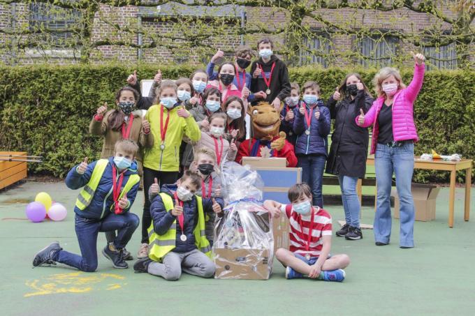 De winnende ondernemende klas L6B met in hun midden Vlajo-mascotte Doedel en achteraan rechts juf Inge Roets en Annick Vandroemme (Vlajo-coördinator basisonderwijs regio West- en Oost-Vlaanderen.)© HVZ