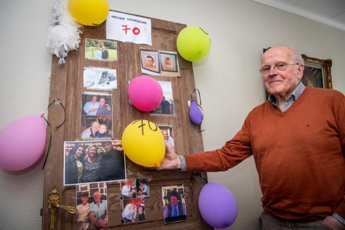 Marc Snoeck is 70 jaar geworden en kreeg van kinderen en kleinkinderen een 'gepinte' nieuwe voordeur. (foto Frank)©Frank Meurisse Frank Meurisse