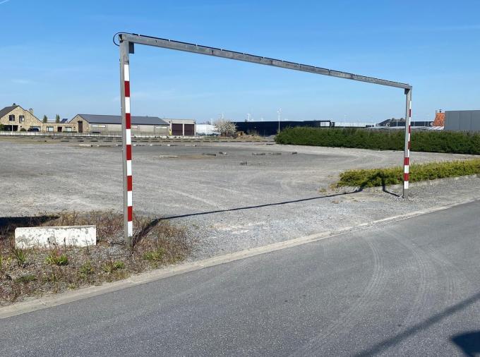 Op deze parking van Top Interieur komt straks een tent die bijna een jaar lang zal fungeren als tijdelijke winkel voor ALDI.