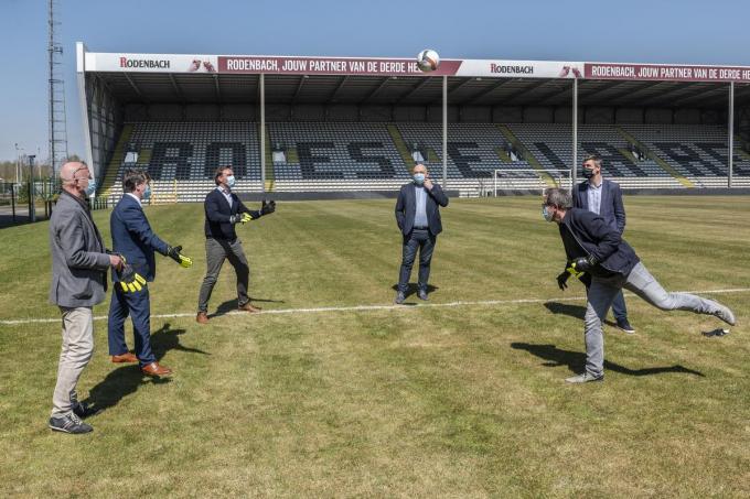 Schepen Henk Kindt (rechts) kopt de bal door naar Alexander Verduyn, jeugd- en ondervoorzitter van SK Roeselare-Daisel. Schepen José Debels, burgemeester Kris Declercq, SKRD-voorzitter Bart Allossery en Roey Vaeyens (Chief Sport Officer Club Brugge).©STEFAAN BEEL Stefaan Beel
