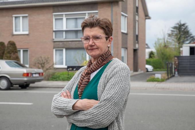 Conny Braekevelt voor het appartementsblok waar ze Jarod D.C. als bovenbuur had.©Wouter Meeus
