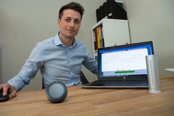 Steven Braekeveldt toont het dashboard waarop de resultaten te zien zijn.© foto Frank